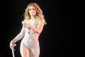 Все напоказ: Дженнифер Лопес на показ Versace вышла в невидимом платье