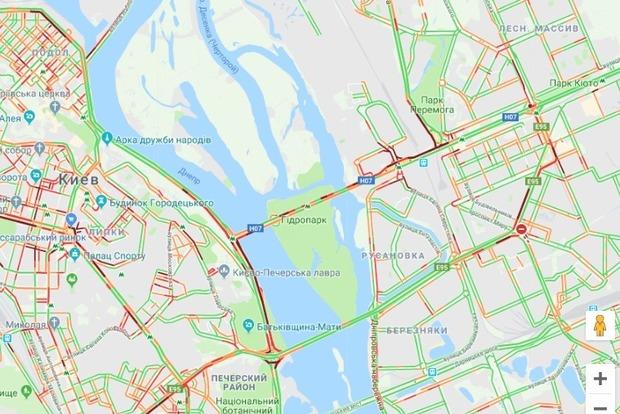 Неизвестный угрожает подорвать Мост метро в Киеве. Движение авто и поездов остановлено