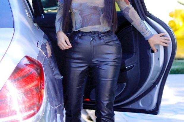 Кардашьян снова вышла в свет в кожаных брюках